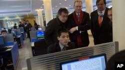 지난 2013년 북한을 방문한 에릭 슈미트 구글 회장과 빌 리처드슨 전 뉴멕시코 주지사가 평양 김일성대학에서 한 학생이 인터넷을 사용하는 것을 보고 있다. (자료사진)