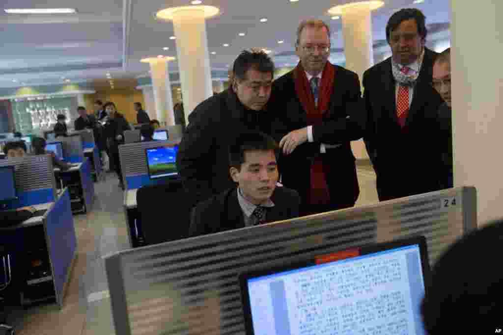 8일 평양 김일성종합대학을 방문해 컴퓨터 설비를 돌아보는 미국의 에릭 슈미트 구글 회장(오른쪽에서 3번째)과 빌 리처드슨 전 뉴멕시코 주지사(오른쪽에서 2번째).