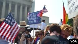 Пред Врховниот суд на САД, по објавувањето на одлуката