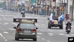 Sebuah mobil dan truk membawa peti jenazah diduga pasien virus corona ke pemakaman di Guayaquil, Ekuador, Sabtu, 11 April 2020.
