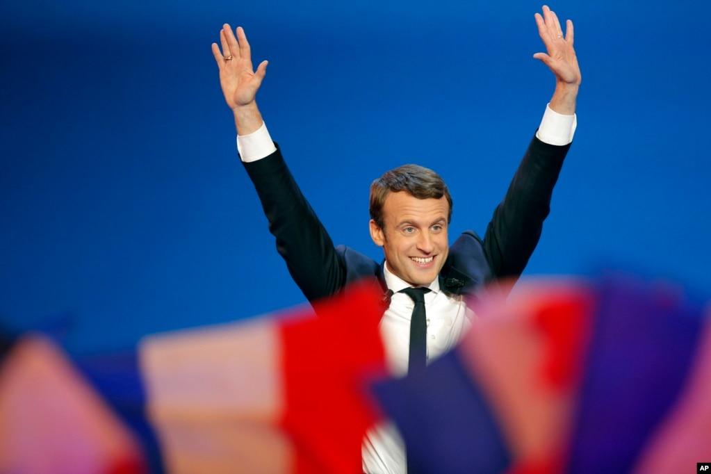 """4月23日,法國中間派候選人、""""前進""""運動主席伊曼紐爾·馬克龍在巴黎發表講話前揮手致意。 他在首輪投票中領先,進入總統決選。 他在勝利集會上說:""""一年來,我們完全改變了法國政治。 """""""
