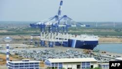 Quang cảnh hải cảng nước sâu ở Hambantota của Sri Lanka nơi một công ty của Trung Quốc đang thuê 99 năm. Sri Lanka vừa thông báo sẽ chuyển căn cứ quân sự tới khu vực hải cảng này.