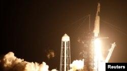 Lansiranje rakere Falkon 9 kompanije Spejseks sa kapsulom Kru Dragon iz Svemirskog centra Kenedi, u Kejp Kanaveralu, na Floridi, 15. novembar 2020. (Foto: Rojters/Joe Skipper)