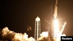SpaceX的龍飛船搭載獵鷹9號火箭發射升空,4名宇航員將被送入國際空間站。(2020年11月15日)