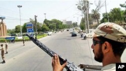 کراچی میں تعینات رینجرز کا ایک سپاہی۔