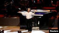 یانی موزیسین یونانی ۶۱ ساله است.