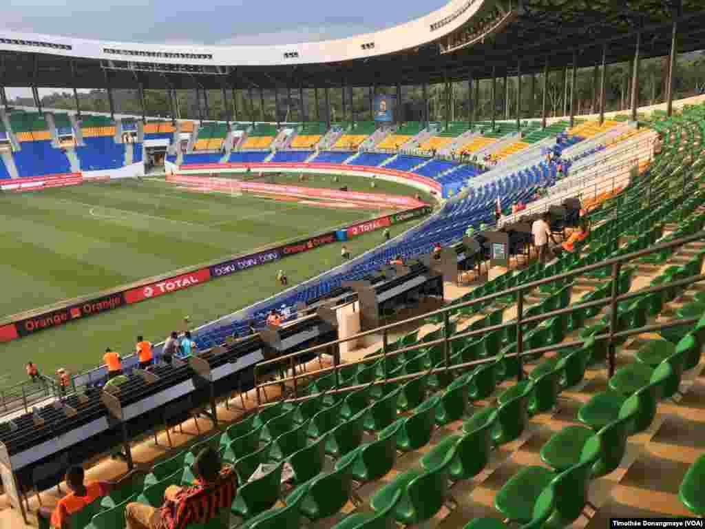 Vue des tribunes au stade d'Oyem, au Gabon, le 25 janvier 2017. (VOA/Timothée Donangmaye)
