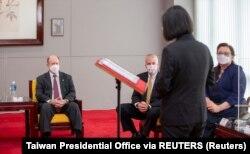 台灣總統蔡英文在台北會晤到訪的伊利諾伊州民主黨參議員塔米·達克沃思、阿拉斯加州共和黨參議員丹·沙利文和特拉華州民主黨參議員克里斯托弗·庫恩斯。 (2021年6月6日)