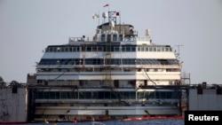 """2014年7月14日,意大利""""协和号""""失事游轮在吉廖岛吉廖港浮出水面。"""