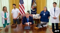 وائٹ ہاؤس کے ترجمان ہوگن گیڈلے نے ایک بیان میں کہا ہے کہ صدر ٹرمپ اور نائب صدر مائیک پینس کی صحت ٹھیک ہے۔