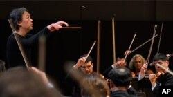 南韓指揮家鄭明勳在為北韓和法國的管弦樂隊聯合音樂會綵排