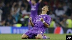 Cristiano Ronaldo celebra el título de la Champions, tras anotarle dos goles al Juventus de Italia, a la que derrotó 4 goles a uno. El partido se jugó en Millennium Stadium de Cardiff, País de Gales.