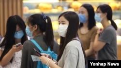 2일 외국인 관광객들이 마스크를 착용하고 인천국제공항에 입국하고 있다.