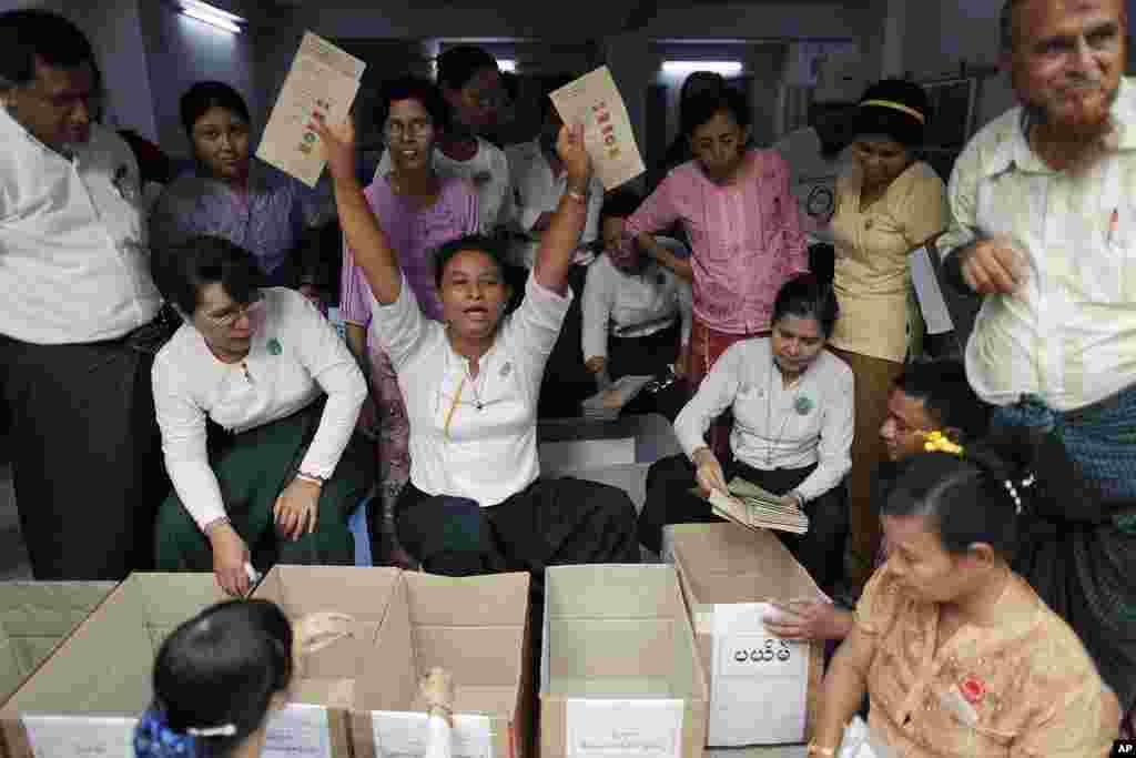 Giới chức bầu cử giơ các phiếu bầu cho lãnh tụ dân chủ Aung San Suu Kyi trong lúc kiểm phiếu tại Yangon, ngày 1/4/2012 (Reuters)