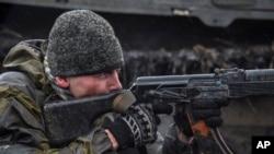 Một phiến quân thân Nga ngắm bắn một khẩu súng máy trong cuộc tập trận gần Debaltseve, miền đông Ukraine, 13/3/15