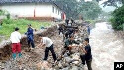 홍수 피해를 복구하는 황해 남부 지방 주민들.(자료사진)