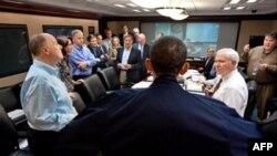 Obama, ulusal güvenlik ekibiyle birlikte Usame bin Ladin operasyonunu, Beyaz Saray'daki kontrol odasından naklen izlemişti