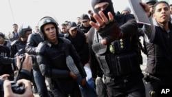 8일 이집트 카이로의 경찰들이 무슬림 형제단 시위대를 진압하고 있다.