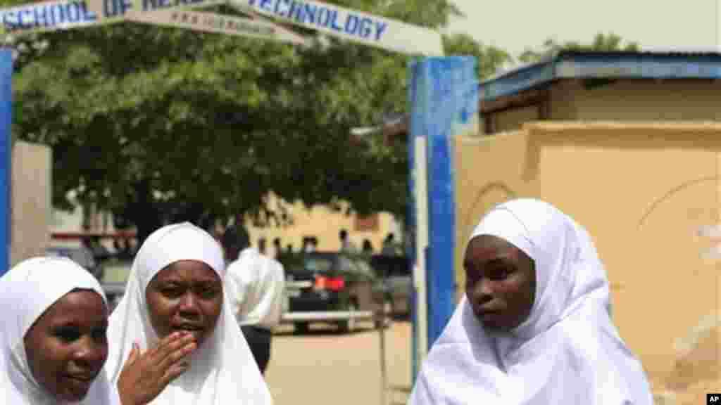 Wasu dalibai mata su na tsaye a kofar wata makaranta a Maiduguri, cibiyar faufutukar 'yan kishin Islama a Najeriya.