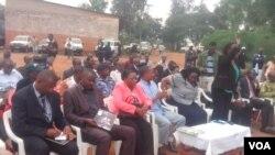 Une délégation burundaise rendant visite à des réfugiés au Rwanda.