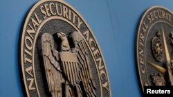 Lambang Badan Keamanan Nasional AS (NSA) di kantornya di Fort Meade, Maryland.