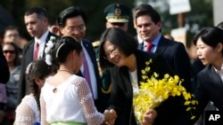 台灣總統蔡英文在巴拉圭接受獻花