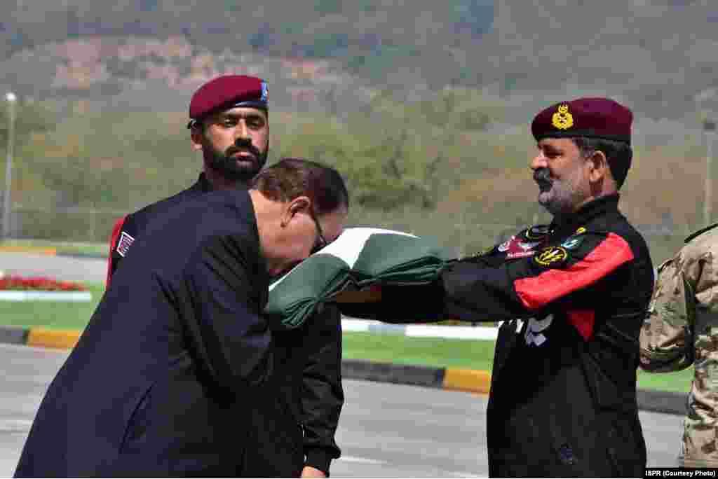 صدر ممنون حسین پاکستانی پرچم کو چوم رہے ہیں