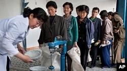 북한 평안남도 안주에서 식량을 배급받는 주민들. (자료사진)