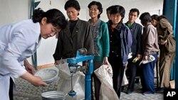 북한 평안남도 안주에서 식량 배급을 기다리는 주민들 (자료사진).