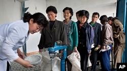 북한 평안남도 안주에서 식량을 배급받는 주민들 (자료사진).