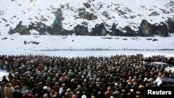 Dân làng cầu nguyện cho các nạn nhân bị thiệt mạng trong trận tuyết lở trong tỉnh Panjshir, 26/2/15