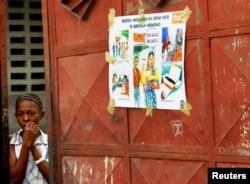 Une jeune fille congolaise à l'entrée de son école à Kinshasa, le 20 juin 2005.