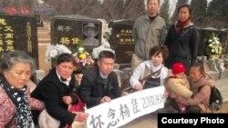 清明节民众自发到杨佳墓祭祀 (博讯图片)