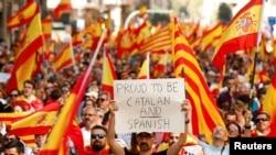 """Un homme tient un écriteau """"je suis catalan et espagnol"""" à Barcelone, Espagne, le 8 octobre 2017."""