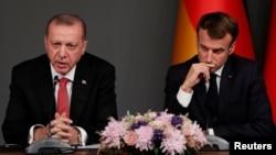 Presiden Turki Recep Tayyip Erdogan dan Presiden Perancis Emmanuel Macron dalam konferensi pers bersama pasca KTT Suriah di Istanbul, Turki 27 Oktober 2018 (foto: dok).