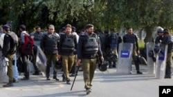 طلبہ تنظیموں میں تصادم کے بعد گزشتہ تین روز سے جامعۂ پنجاب میں پولیس کی بھاری نفری تعینات ہے