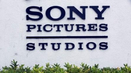ក្រុមហ៊ុនផលិតខ្សែភាពយន្ត Sony ដែលរងការលួចចូល ប្រព័ន្ធកុំព្យូទ័រ។ ស.រ.អា.បានទាក់ទងជាមួយប្រទេសចិនដើម្បីជួយរារាំងការវាយប្រហារតាមអ៊ីនធឺណែតពីរដ្ឋាភិបាលក្រុងព្យុងយ៉ាង (Pyongyang)។