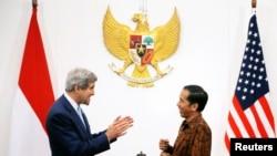 President Joko Widodo menerima Menlu AS John Kerry di Istana Negara, Jakarta (20/10). (Reuters/Brian Snyder)