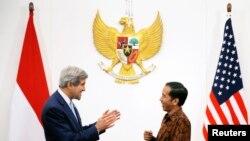 President Joko Widodo (kanan) menerima Menlu AS John Kerry di Jakarta (20/10).