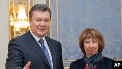Ukrajinski predsednik Viktor Janukovič i Visoka predstavnica EU Ketrin Ešton (arhiva)