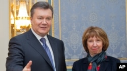 Украинскиот претседател Виктор Јанукович и шефицата за надворешни работи на ЕУ Кетрин Ештон