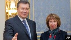캐서린 애슈턴 유럽연합 외교안보 고위대표(오른쪽)가 12일 우크라이나 수도 키예프에서 야누코비치 대통령과 회동한 후 자유무역협정 서명을 촉구했다.