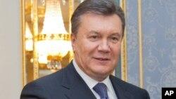 Viktor Ianoukovitch a révoqué samedi deux hauts responsables qu'avaient dénoncé les protestataires