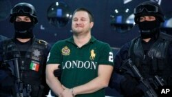 Edgard Valdez Villarreal, también ciudadano estadounidense y lugarteniente del cartel de los capos Beltrán Leyva, es acusado de traficar miles de kilogramos de cocaína hacia Estados Unidos entre 2004 y 2006. Fue capturado en agosto de 2010.