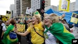 Brasileños celebran la decisión del Senado que destituyó a la presidenta Dilma Rousseff.