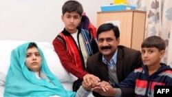 Malala Yousafzai (kiri) bersama ayah dan saudaranya di rumah sakit di kota Birmingham, Inggris (26/10).