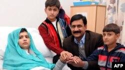 26일 버밍엄 퀸 엘리자베스 병원에 입원 중인 말랄라 유사프자이(왼쪽)와 가족둘,