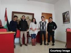 Fikri (kedua dari kanan) bersama para pemuda Indonesia yang menjadi relawan di Palestina. (foto: courtesy)