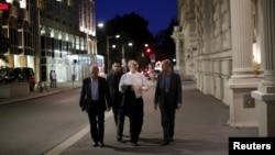 伊朗原子能机构主席萨利赫(右二)在维也纳返回酒店(2015年7月4日)