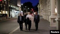 이란 핵 협상에 참여하고 있는 알리 아크바르 살레히 이란 원자력청장(오른쪽에서 2번째)이 4일 협상이 진행되고 있는 오스트리아 빈의 한 호텔로 향하고 있다.